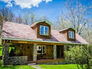 OVR's Pura Vida- Beautiful 3 Bedroom Lodge located IN Ohiopyle State Park!