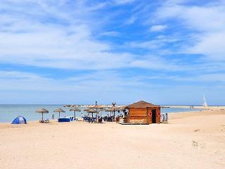 Playa El Raset delante de urbanización (Las Marinas, Denia), con chiringuito