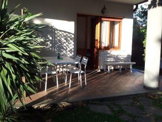 veranda su giardino con tavolo e sedie a disposizione