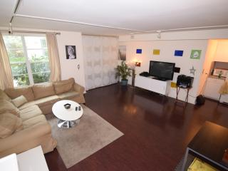 Huge 2BR/BA right on Ocean Dr w/prk, Miami Beach