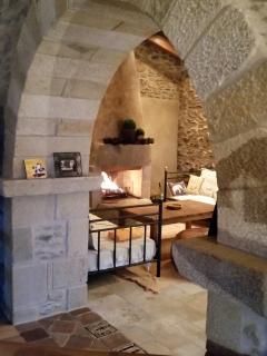 Arco de granito y chimenea