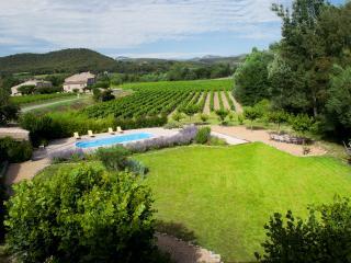 Ruime tuin met verwarmd zwembad en uitzicht op de heuvels