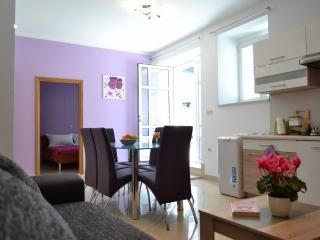Purple Dream Kastela Apartment, steps to the Beach, Kastel Stari