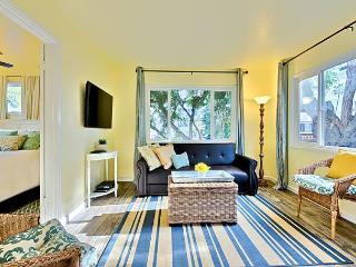 Newly remodeled cottage just steps to beach with private deck and shared spa!, La Jolla