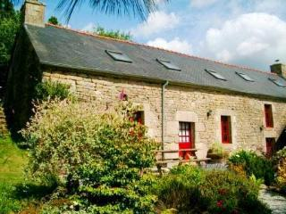Mimosa Lodge a Beautiful 5-Bedroom 15C Cottage - ALL Amenities Included!, Langonnet