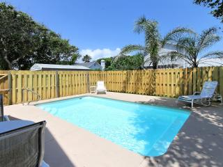 CoCo's Beach Cottage w/Private Heated Pool-Steps t, Saint Augustine Beach