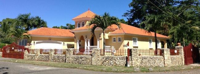 Magnificent Villa in Gated Community Walk to beach