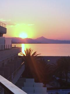 una puesta de sol casi sobre el mar, única en levante