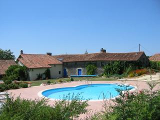 Family Friendly Farmhouse & Private Pool & Horses, Niort