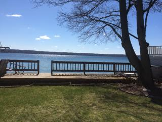 Sunny Cottage with Lake Side Deck and Lawn, Canandaigua