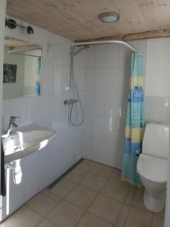 Bathroom to bedroom west