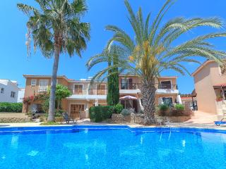 Holiday villa in Paphos with pool - 10 minute walk to the coast