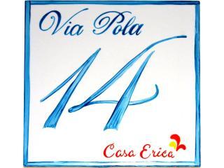 La targa di ingresso in porcellana dipinta a mano di Casa Erica a Stromboli