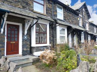 LITTLE ACORNS, stone terraced cottage, WiFi, parking, in Windermere, Ref 915881
