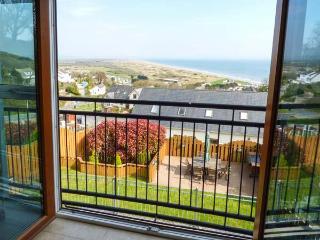 YSBRYD-Y-MOR, luxury detached house, 60' TV, WiFi, en-suites, hot tub, sea views