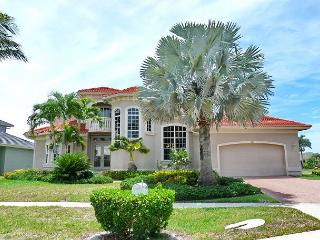 Spacious waterfront house w/ heated pool & upstairs balcony with water view, Marco Island