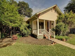 3BR/3BA Immaculate Hyde Park House & Cottage, Austin, Sleeps 8