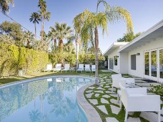 4BR/3BA Ultra-modern Palm Springs House with Pool, Sleeps 8