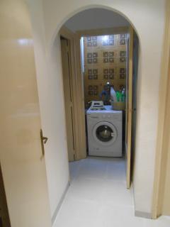 Vista cuarto de la limpieza con lavadora