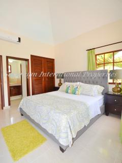 Luxurious King size Master Bedroom with en-suite bath
