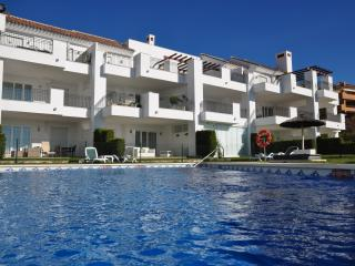 Luxe appartement met zeezicht, zwembad, tuin en GRATIS golf, tennis en fitness!