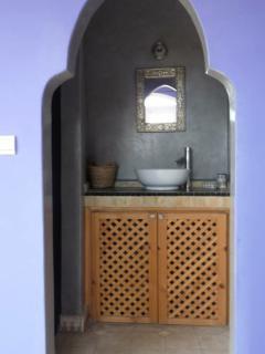Vue salle d'eau chambre grise et violette