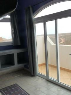 Vue sur la terrasse chambre grise et vilotte