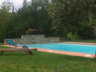 GIALLO Immersed in the countryside, with pool