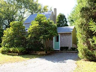 LOVELY COTTAGE CONVENIENTLY LOCATED TO LAMBERT'S COVE BEACH