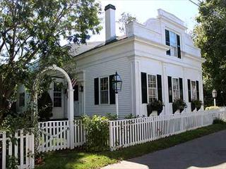 Beautiful 5 Bedroom House in-town Edgartown