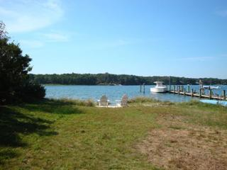 LAKE TASHMOO (salt water!) WATERFRONT COTTAGE!, Vineyard Haven