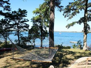 PRIVATE WATERFRONT COTTAGE ON LAKE TASHMOO, Vineyard Haven