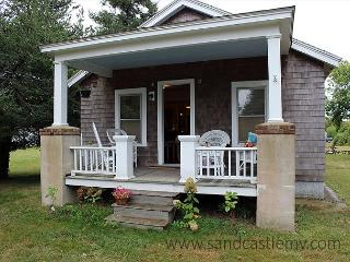 CUTE ISLAND BUNGALOW LOCATED CLOSE TO THE KATAMA GENERAL STORE, Edgartown