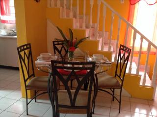 Lovely Ochi 1BR/2BT Condo - WiFi/Cable TV/Parking, Ocho Rios