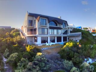 Whale Huys Luxury Ocean Villa, Pool,WiFi, sleeps 8, De Kelders