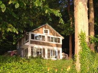 Sunnyside Lakefront Cottage, Findley Lake