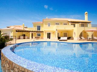 Casa Amarela, Deluxe 5 bedroom villa, Private Heated Pool, Wi-Fi, A/C and BBQ