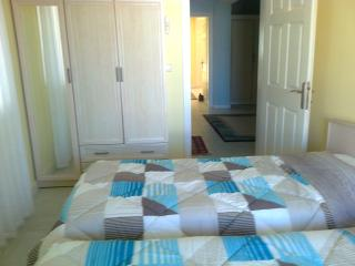 Twin bedroom in  Apt. close to  Altinkum Beach.