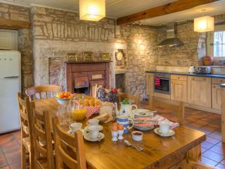 Kitchen, Keepers Cottage. Farmhouse-style table, dishwasher, Smeg fridge and fully equipped