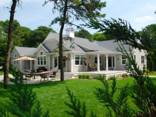 Spacious Vacation Home - access to private beach, West Yarmouth