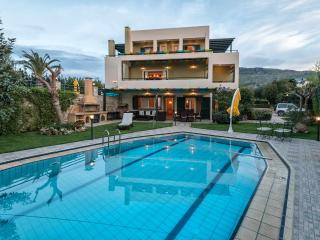 Mystic Luxury Villa w/2 priv. Pools +BBQ, 600m to Grocery. 5 km to city & beach!
