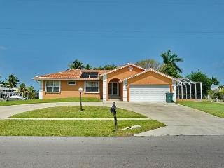 Cozy, corner lot house w/ heated pool & short walk to Tigertail Beach