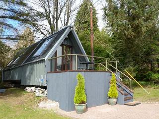 DUNDONALD LANDING, lochside chalet with private jetty, lawned garden, all