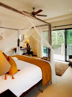 Master bedroom with Four Poster King Size Bed, en-suite bathroom, A/C and ceiling fan