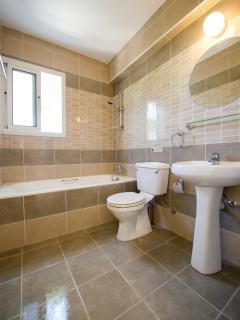 Upper en suite bathroom