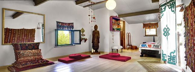 The yoga studio is next to the annex. Perfect for yoga, Pilates or meditation, the studio also has a