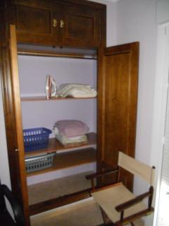 armarios empotrados , con ropa de cama y toallas
