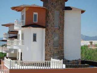 Castle View Villa & pool Beach/Shops/Bar 5/10 mins, Mahmutlar