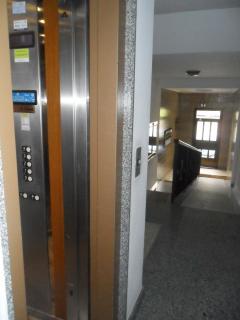 Portal con ascensor y rampa minusválidos