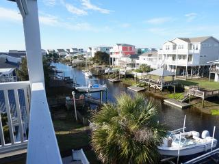 Large home on deep water - walk to ocean and beach, Holden Beach